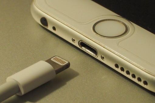 """alt""""iPhoneを充電しようとしているフリー画像"""""""